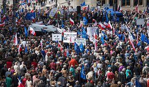 """Kilka tysięcy osób wzięło udział w marszu pod hasłem """"Obronimy Demokrację"""""""
