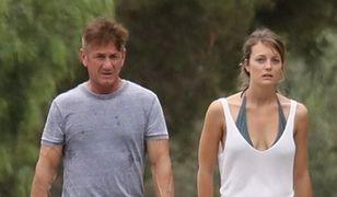 Sean Penn z dziewczyną wyprowadzają psa na spacer. Przepis na idealną randkę?