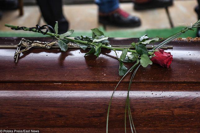 Rodzina nie mogła odebrać ciała pana Zbigniewa od firmy pogrzebowej. Dwa razy odwoływała pogrzeb