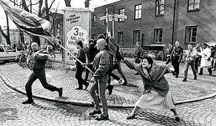 Kobieta z torebką atakuje skinheada. Za legendarnym zdjęciem stoi smutna historia