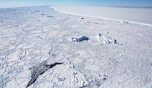 Nagranie z jedynego lotu nad górą lodową, która odpływa od Antarktydy