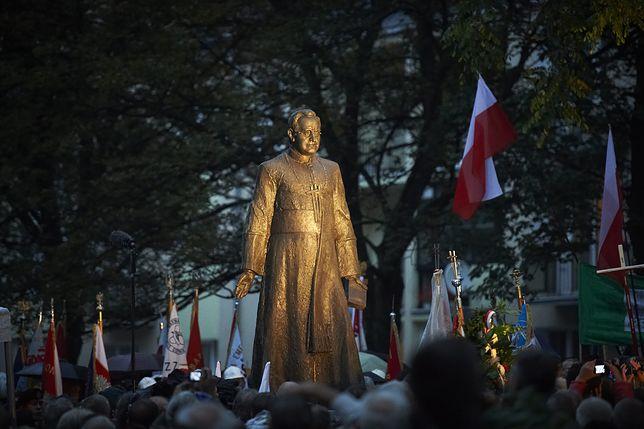 Pomnik ks. Henryka Jankowskiego odsłonięto w 2012 roku