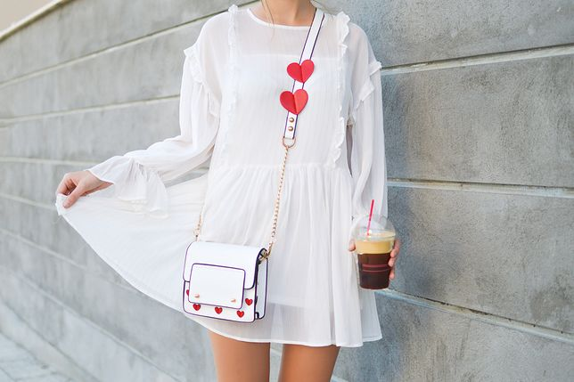 Białe sukienki będziemy nosić przez całe lato