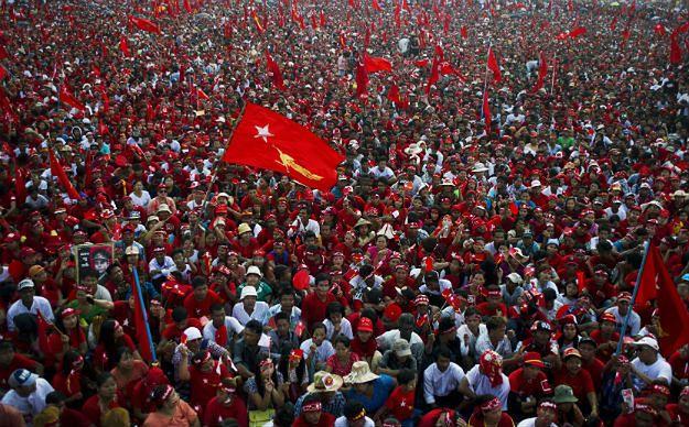 Zwolennicy Aung San Suu Kyi i jej Narodowej Ligi na rzecz Demokracji (NLD)