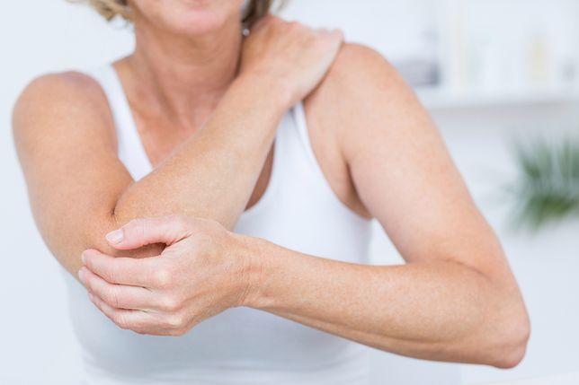 Staw rzekomy objawia się bólem w obrębie miejsca złamania kości.