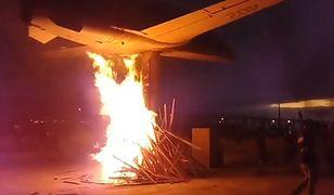 Protestujący spalili samolot na stosie, niczym czarownicę w średniowieczu