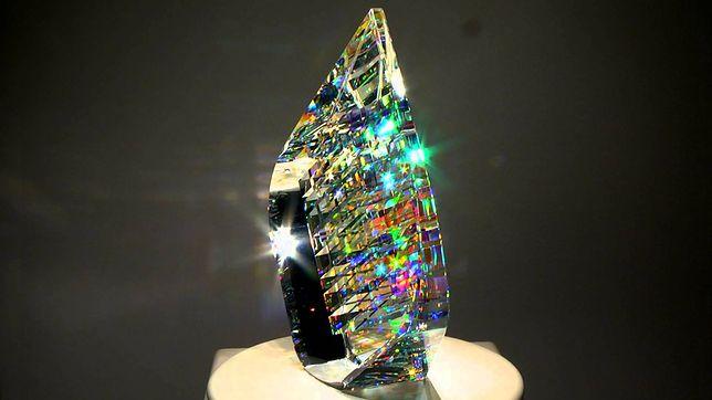 Artysta tworzy niesamowite szklane rzeźby. Ich struktura przypomina sieć luster
