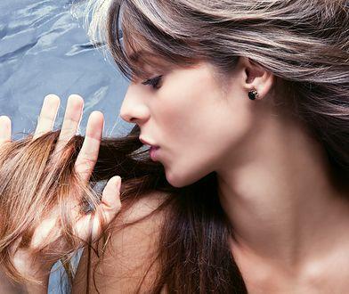 Zapuszczając długie włosy, warto pamiętać o podcinaniu końcówek