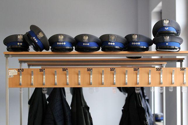 W niektórych jednostkach policjanci za identyfikatory musieli płacić z własnej kieszeni