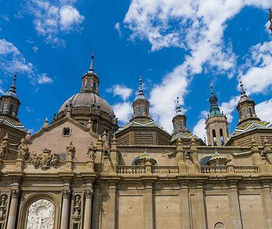Z lotniska w Saragossie do centrum można pojechać autobusem, taksówką lub wypożyczonym samochodem