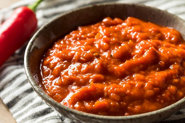 Pastę Harissa robi się z papryczek chili.