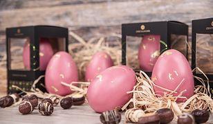 Kilkunastocentymetrowe jajko z płatkami złota robi wrażenie...