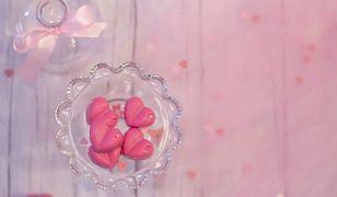 Małe serduszka z różowej czekolady to świetny pomysł na walentynkowy prezent