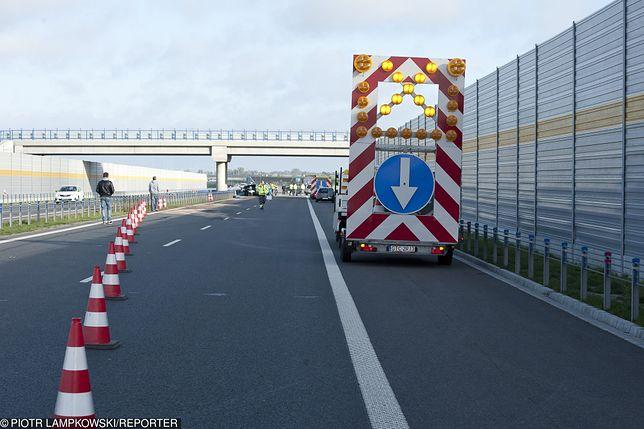 Karambol na autostradzie A2 spowodowało zderzenie trzech aut, busa i ciężarówki