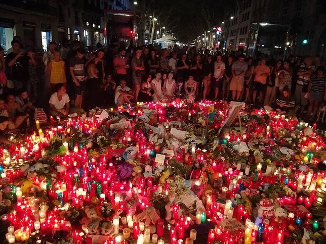 Barcelona poruszona zamachem. Wzruszające sceny na Placu Katalońskim