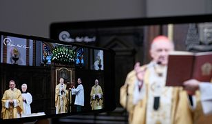 Transmisje mszy świętych można zobaczyć w telewizji i internecie.