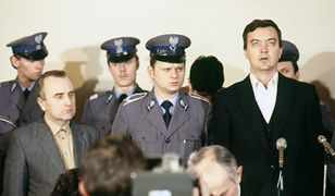Proces funkcjonariuszy SB oskarżonych o porwanie, torturowanie i zamordowanie ks. Jerzego Popiełuszki. Pierwszy od prawej - główny oskarżony Grzegorz Piotrowski. Pierwszy od lewej Adam Pietruszka.