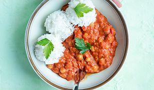 Curry z ciecierzycą, pomidorami i pieczoną papryką. Rozgrzewa i syci