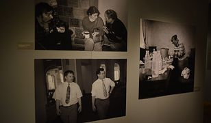 Zdjęcie braci Kaczyńskich w 1992 r. obok fotografii z lat 1980-81