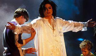 Michael Jackson na scenie w otoczeniu dzieci