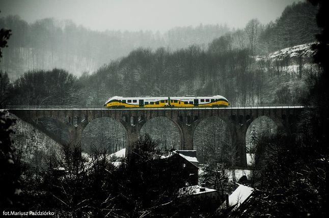 Pesa Link w barwach Kolei Dolnośląskich na wiadukcie w Lewinie Kłodzkim (fotografia autorstwa Mariusza Paździórko)