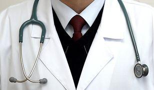 """Fałszywy lekarz zatrzymany. Chciał leczyć eliksirami, pokazywał płaszcz ze śladami """"pazurów szatana"""""""
