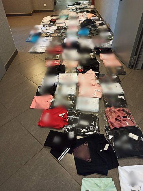 Będzin. Policjanci przechwycili 400 spodek i koszulek z podrobionymi logo znanych firm.