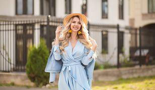 Podkreślona talia i dekolt, a do tego elegancki pasek z kokardą - to właśnie sukienka szlafrokowa