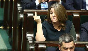 Posłanka Lichocka z PiS miała dostać naganę za ten gest. Posłanka tłumaczy, że zdjęcia zostały zmanipulowane