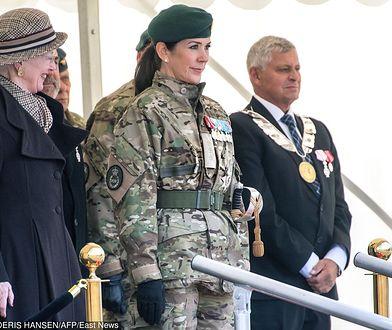 Księżna Maria w mundurze. Po lewej jej teściowa, królowa Małgorzata II