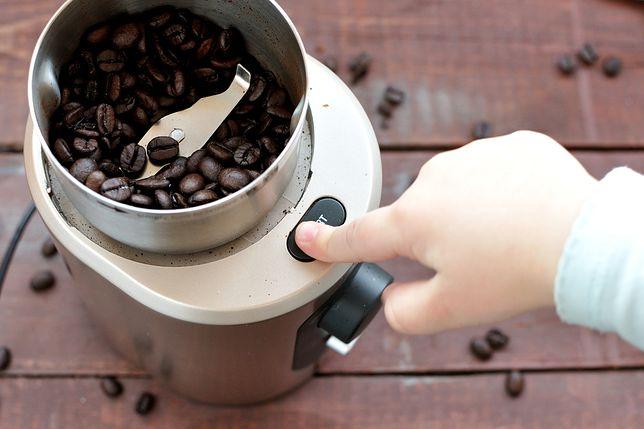 Elektryczne młynki za mniej niż 100 zł. Dzięki nim przyrządzisz aromatyczną kawę