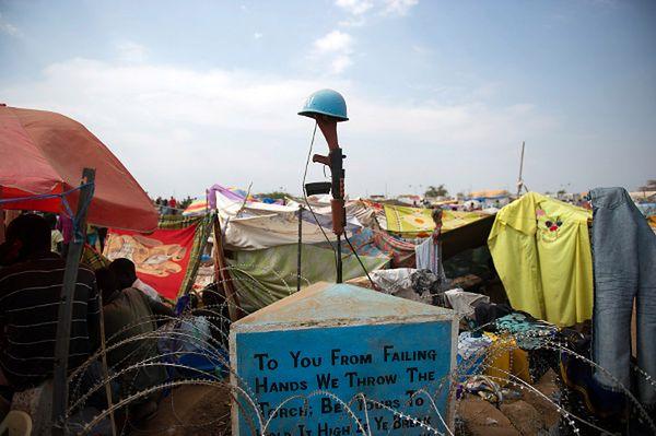 Pomnik poległych żołnierzy sił pokojowych w prowizorycznym obozie dla uchodźców wewnętrznych w Dżubie