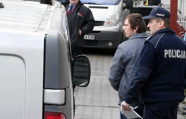 Bartosz N. doprowadzany przez policję na przesłuchanie w płockiej Prokuraturze Okręgowej