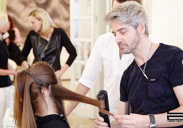 Otwarcie salonów fryzjerskich. Już w trakcie konferencji premiera klientki zapisywały się do stylisty Leszka Czajki