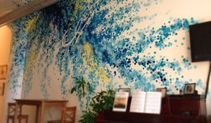 Nietypowy pomysł na ściany i dekorację mebli: kolorowe graffiti