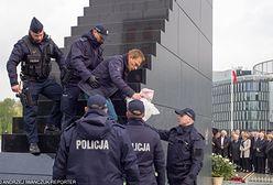 Działacz ruchu Obywatele RP wszedł na pomnik smoleński w czasie miesięcznicy