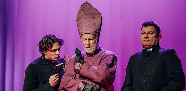 Jan Klata w swoim najnowszym spektaklu nie ma litości i zahamowań