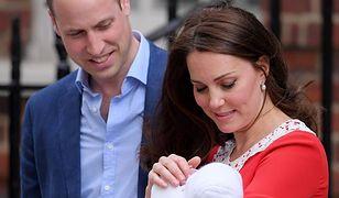 Para książęca poda najmłodszego syna do chrztu