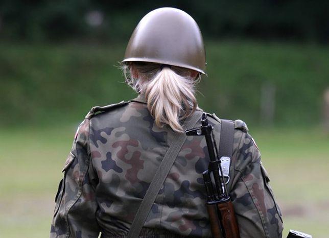 Żołnierki nie mają w wojsku lekkiego życia, zdarzają się przypadki molestowania, zdjęcie ilustracyjne