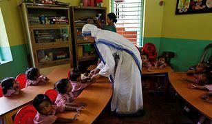 Zakonnica w jednym z przedszkoli prowadzonych przez Misjonarki Miłości w Indiach