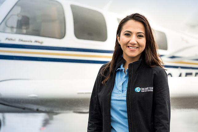 Piękna kobieta, niewielki samolot i wyzwanie, przed którym stchórzyłby niejeden facet