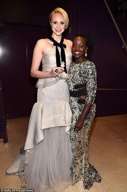 """Gwendoline Christie i Lupita Nyong'o na premierze filmu """"Gwiezdne wojny: Przebudzenie Mocy"""""""