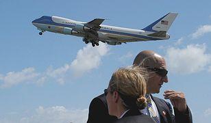 Agenci ochrony amerykańskiego prezydenta, a w tle Air Force One