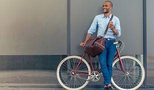 Klasyczne jeansy w granatowym kolorze będą świetnym wyborem także do pracy