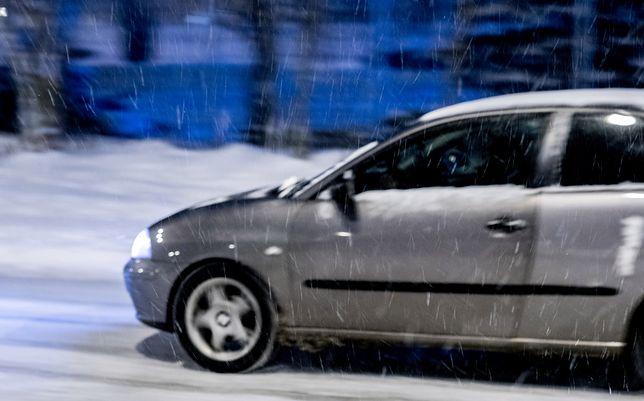 Lód roztrzaskał szybę i spadł na pasażerkę osobowego pojazdu.