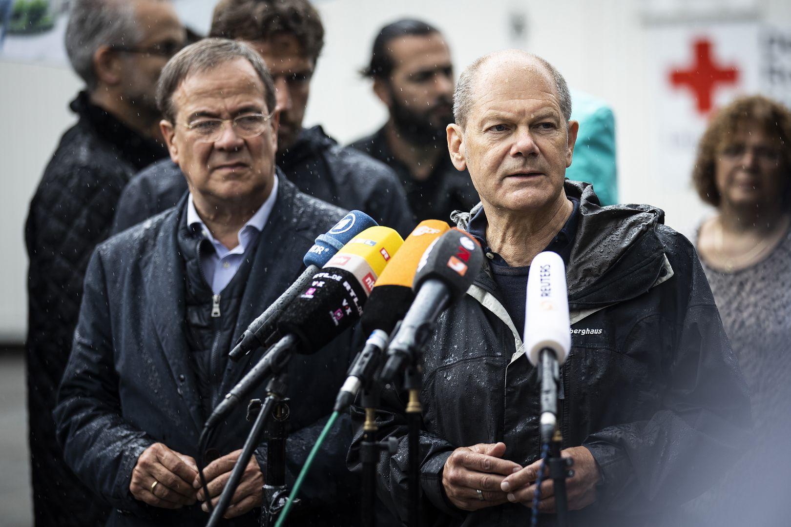 Armin Laschet i Olaf Scholz konkurują o fotel kanclerza Niemiec. Ich partie w wyborach do Bundestagu osiągnęły remis z nieznacznym wskazaniem na SPD, czyli partię socjaldemokratów Scholza. Na zdjęciu obaj rywale podczas wizyty w dotkniętym powodzią mieście Stolberg