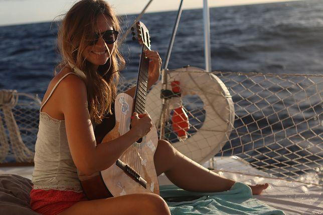 Wyprowadziła się z Warszawy i zamieszkała na łodzi na Karaibach. Z dwójką małych dzieci i mężem