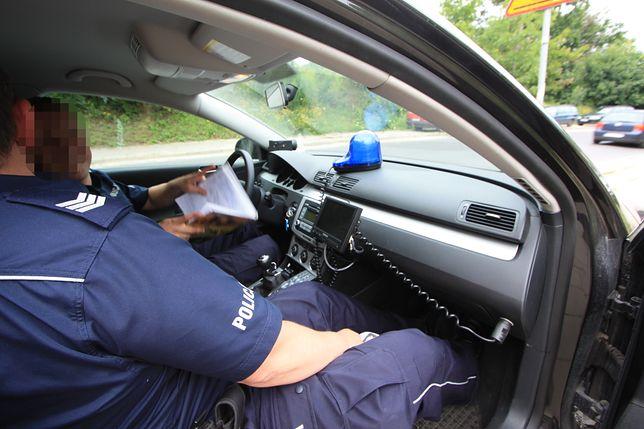 policjanci w nieoznakowanym radiowozie