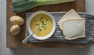 Wegańska zupa ziemniaczana z kilku składników. Tania, sycąca, a przy tym doskonale rozgrzewa