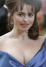 Helena Bonham Carter karmi piersią na miotle